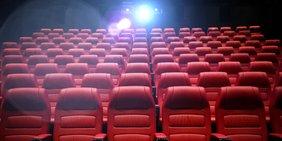 leerer Kinosaal mit roten Ledersesseln
