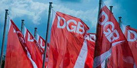 Fahnen des Deutschen Gewerkschaftsbundes DGB an Fahnenmasten