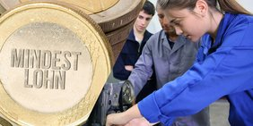 """Linke Hälfte des Bildes zeigt die Nahaufnahme einer Euro-Münze mit der Aufschrift """"Mindestlohn""""; rechte Bildhälfte zeigt einen Ausbilder und zwei Auszubildende in Werkstatt, eine Jugendliche schraubt an einem Werkstück"""